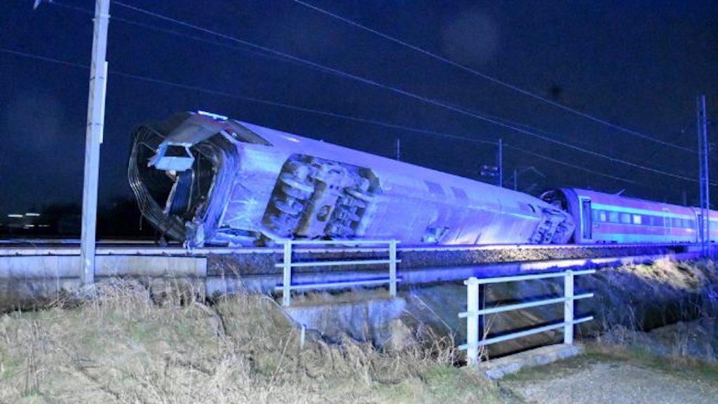 Treno deragliato, al via le operazioni per rimuovere le carrozze
